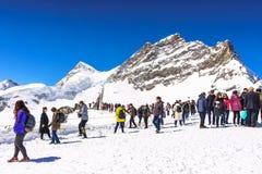 Jungfraujoch, Suiza - 29 de abril de 2017: Montañas hermosas de la nieve Imagen de archivo libre de regalías