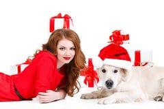 Jungfru och labrador hund med julgåvor Fotografering för Bildbyråer