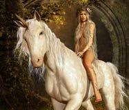 Jungfru och Unicorn Arkivbilder