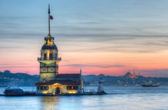 Jungfru- torn i Istanbul på en solnedgång Arkivfoton