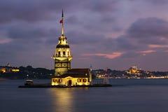 Jungfru- torn på Bosphorus efter mörker Arkivfoto