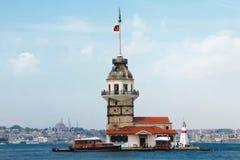 Jungfruar står hög i Istanbul Turkiet Arkivfoton