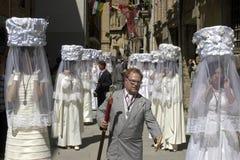 Jungfrulig kör i traditionell dräkt i procession, Spanien royaltyfri fotografi