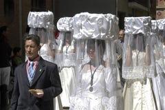 Jungfrulig kör i traditionell dräkt, procession, Spanien arkivbilder