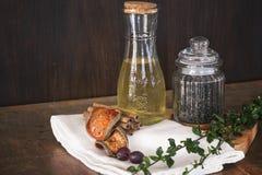 Jungfrulig olivolja och peper på skärbräda Arkivbilder
