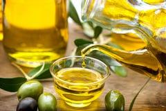Jungfrulig olivolja som häller i en bunkecloseup Royaltyfria Foton