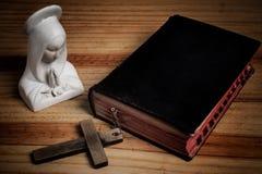 Jungfruliga mary, bibel, kors Royaltyfri Foto