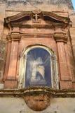Jungfruliga Mary med barnet på en vägg av ett gammalt hus i Mellieha Arkivbilder