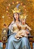 Jungfruliga Mary med behandla som ett barn Jesus, krönat som välsignar Royaltyfria Bilder