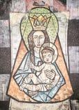 Jungfruliga Mary med behandla som ett barn Jesus som målas på en vägg av den forntida cemen Royaltyfria Bilder
