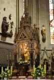 Jungfruliga Mary med behandla som ett barn Jesus, staty på det huvudsakliga altaret i den Zagreb domkyrkan Arkivbild