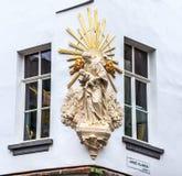 Jungfruliga Mary och behandla som ett barn den Jesus statyn i Antwerp Arkivfoton