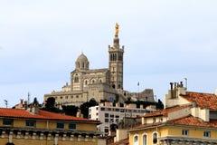Jungfruliga Mary på Notre Dame de la Garde klockatorn i Marseille arkivbild