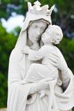 Jungfruliga Mary som bär behandla som ett barn Jesus Royaltyfri Foto