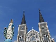 Jungfruliga Mary staty framme av kyrkan Royaltyfri Fotografi