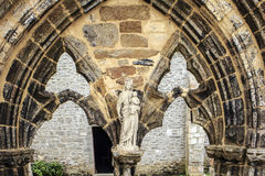 Jungfruliga Mary staty på det Abbaye helgonet Mathieu de Fine Terre Arkivbilder