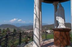 Jungfruliga Mary tempel framme av kullar Royaltyfri Bild