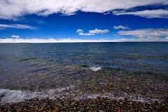 Jungfruliga sjöglaciärer för XIZANG med vattenreflexion Royaltyfri Bild