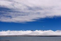 Jungfruliga sjöglaciärer för XIZANG med vattenreflexion Arkivbilder