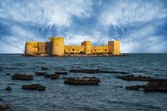 Jungfruns den CastleKiz kalesien Mersin - Turkiet arkivfoton