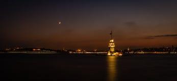 Jungfrus fotografi för natt för torn- eller Kiz kulesi panorama- Royaltyfria Bilder