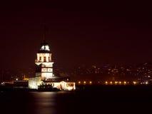 Jungfrus torn på natten i Istanbul, Turkiet Royaltyfri Foto