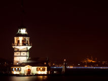 Jungfrus torn på natten i Istanbul, Turkiet Royaltyfri Bild
