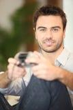 Junggeselle, der Videospiele spielt Stockbilder