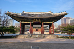 Junghwamun-Tor in Deoksugung Lizenzfreie Stockfotos