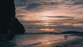 Jungpaar die op het strand lopen Zonsondergang thailand stock video