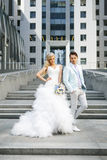 Jungvermählten auf der Treppe Lizenzfreie Stockfotos