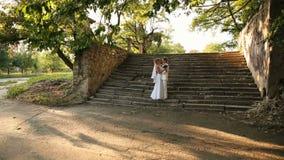 Jungvermählten auf Treppe stock video