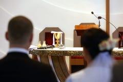 Jungvermählten an der katholischen Kirche lizenzfreie stockbilder