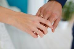 Jungvermählten, die durch die Handnahaufnahme von Händen sich halten lizenzfreies stockbild
