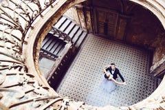 Jungvermählten, die in ein altes Haus tanzen Stockfotos