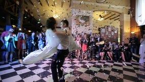 Jungvermählten, die ihren ersten Tanz tanzen stock footage