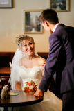 Jungvermählten, die im Café sich treffen, fragt Mann die Frau, die bei Tisch sitzt, Interesse, Antrag zeigend lizenzfreies stockbild