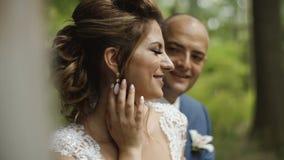 Jungvermählten, die im Holzhaus am Hochzeitstag sich amüsieren stock video footage