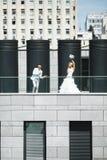 Jungvermählten, die Spaß haben Lizenzfreie Stockfotografie