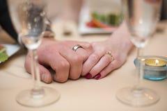 Jungvermählten Holiding-Hände Lizenzfreie Stockfotos