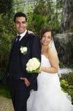 Jungvermählten im botanischen Garten lizenzfreie stockfotos