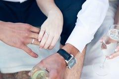 Jungvermählten mit Gläsern Champagner an Hand Stockbild
