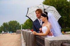 Jungvermählten mit Regenschirm Lizenzfreies Stockfoto