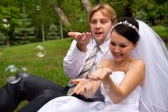 Jungvermählten mit Seifenluftblasen Stockfoto