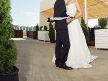 Jungvermählten am Portal Stockfotos
