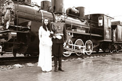 Jungvermählten und alter Motor Stockfotos