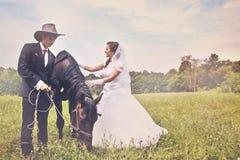 Jungvermählten und Pferd abgetönt stockfoto