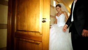 Jungvermählten werden auf die Treppe gezüchtet stock video