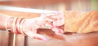 Jungvermähltenhände mit mehendi Lizenzfreies Stockfoto