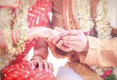 Jungvermähltenhände mit Ringen Lizenzfreies Stockbild